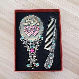Hand mirror comb