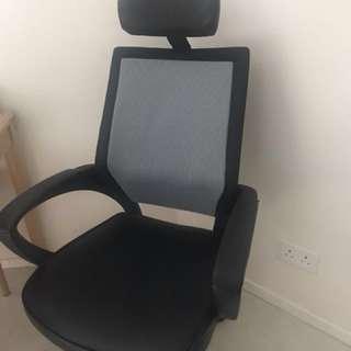 電腦椅,真皮,有輪,可調較高低斜度。