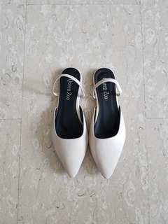 Pointed white flats /sandals