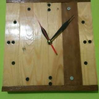 Jam dinding kayu unik