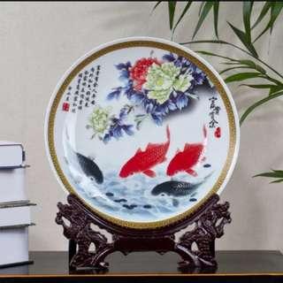 (1對/1pair) 景德鎮陶瓷富貴有餘中式家居工藝品擺設26cm (送龍頭架或傳統架) (包Buyup自取站取貨) (優居系列) (decoration porcelain dish)