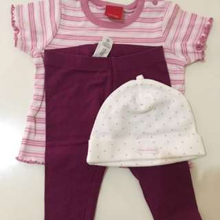 1 set baby clothes .