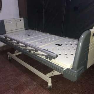 Ranjang pasien elektrik