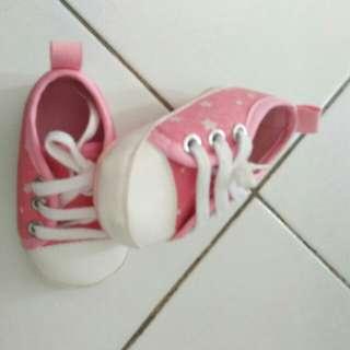 Sepatu kets bayi