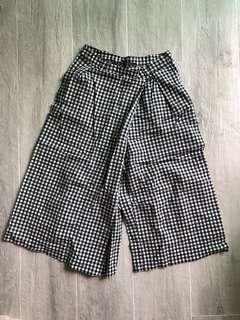 Zara black and white checked wife leg pants | 黑白格子 斜型褲腳設計 七分丈 闊腳褲子