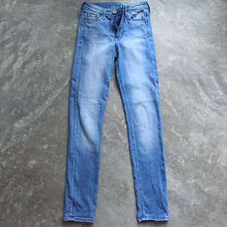 H&M skinny jeans in light blue wash with fades. Topshop Jamie Leigh Hayden Lucas moto jeans. Zara