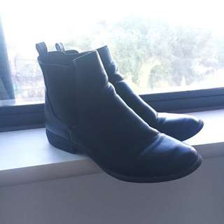 THE ICONIC Chelsea Boot (Size 11)