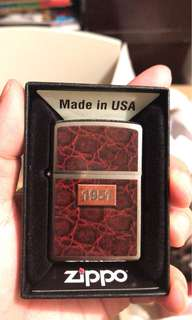 Zippo 限量版 包郵《1951 皮革慶賀款》金屬面