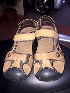 Sepatu sandal Forester
