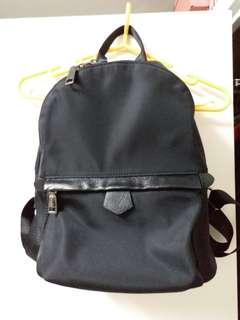 黑色尼龍背包