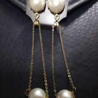 Pearl dangling earings in gold settings