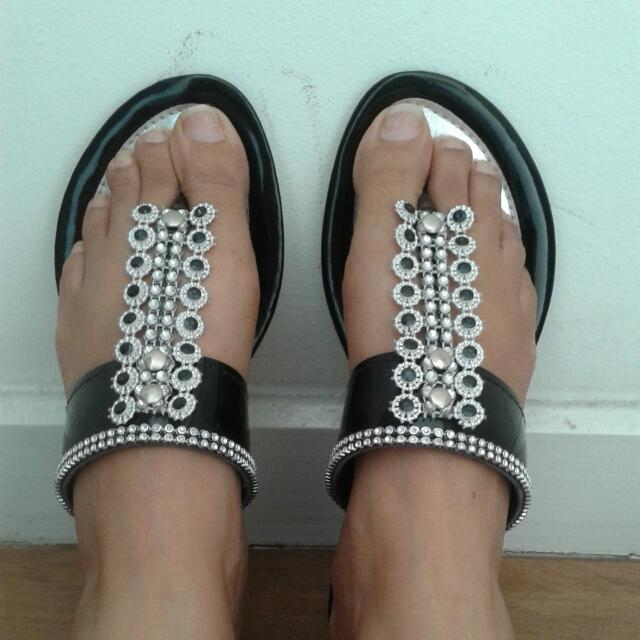 Prerty Black And Silver Sandals