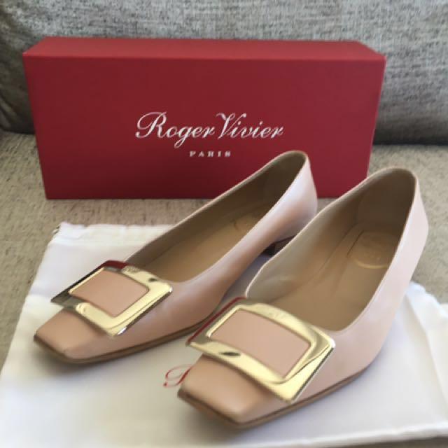 Roger Vivier 方頭金釦裸粉色