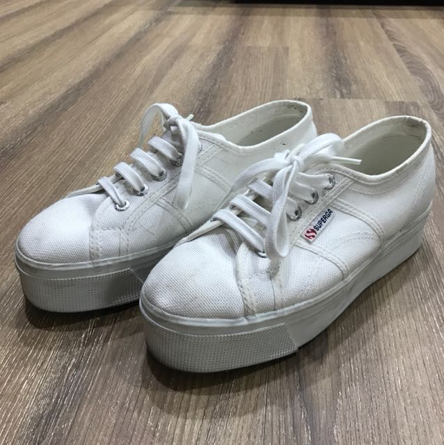 Superga 厚底白鞋