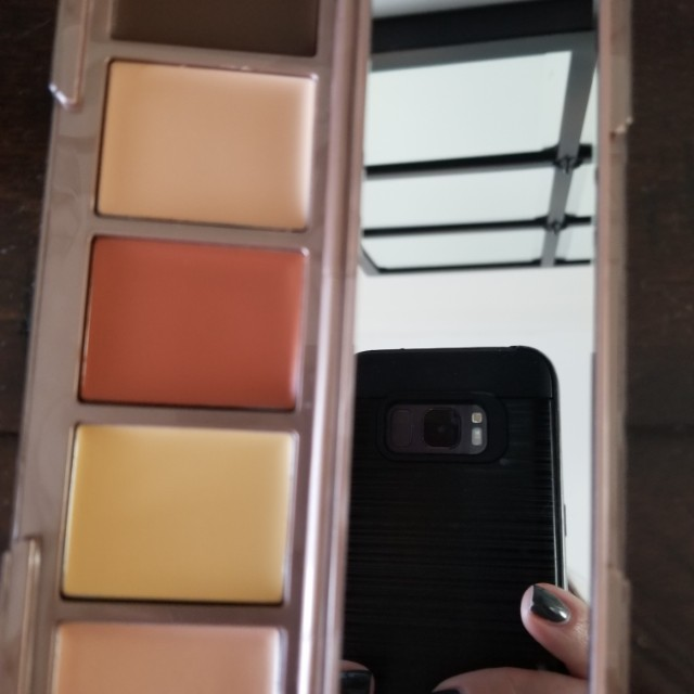 Urban Decay highlighting and contour pallette in Meduim