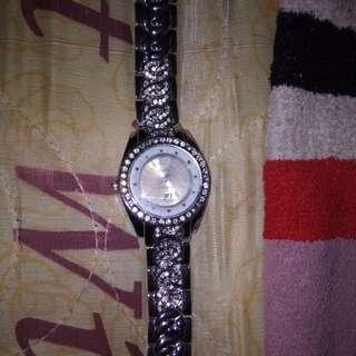 Jam tangan putih perak