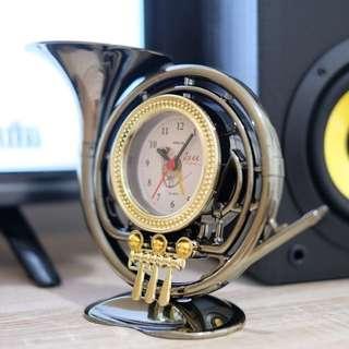 Saxophone clock jam meja