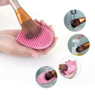 Brush egg cleaner