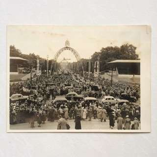 Vintage Old Photo - Old Black & White Photograph 1953 taken near Buckingham Palace , London  showing crowds (20 by 15 cm)
