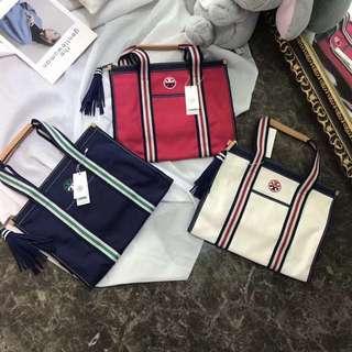 Thom Browne原單正品,運動風好是休閒百搭,將運動性能和時髦感結合一舉兩得。 Embroidered-T Tote 刺繡手提購物袋,在帆布面料上增添了點睛的縫合紋樣。尺寸: 37×33×16CM。大容量防水布料