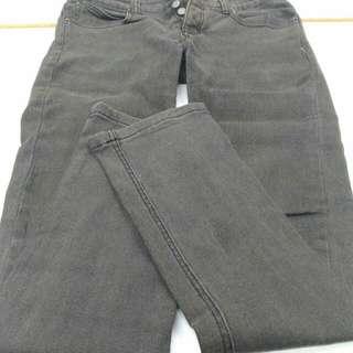 深灰色長褲