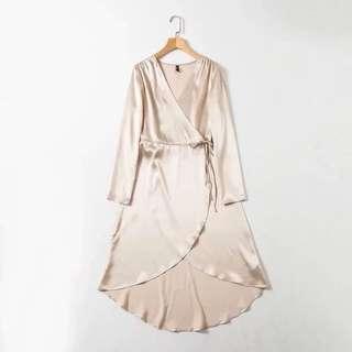 ⏳ Satin feel wrap dress