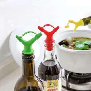 alat untuk menuangkan kecap pada botol dengan 2 lubang