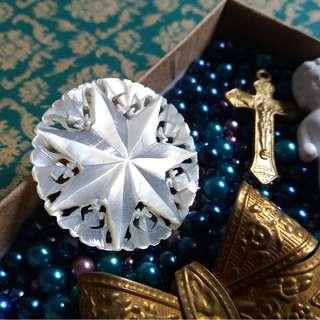 ☆゚:。・🔮 收藏欣賞 💝 珍珠貝雕刻胸針 - 伯利恆之星 🔮。・☆