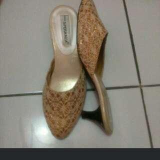 Sepatu heels atau sendal hak