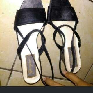 Sepatu wedges atau sendal hak