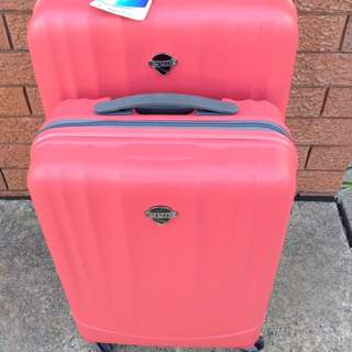 BNWT epic luggag set