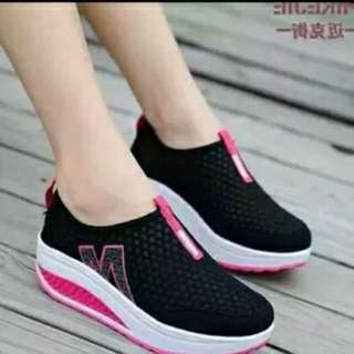 Sepatu Slip On Hitam