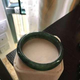 天然翡翠油青貴妃手鐲,圈口53mm.實物比圖片漂亮,送香港證書。價錢不高。