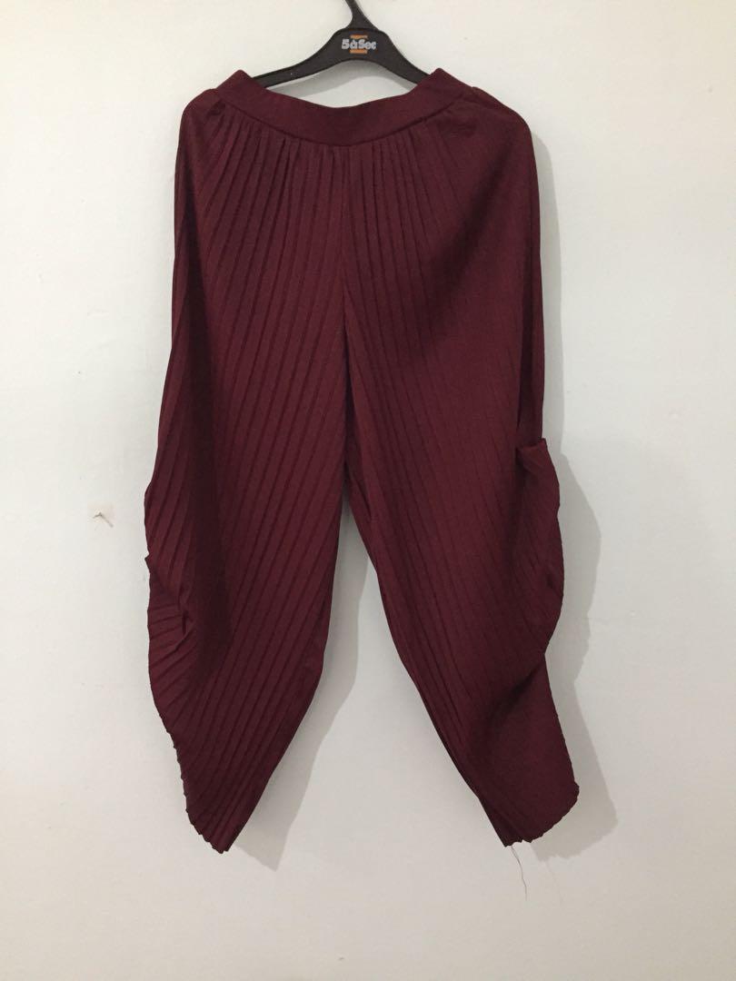 Pleats maroon
