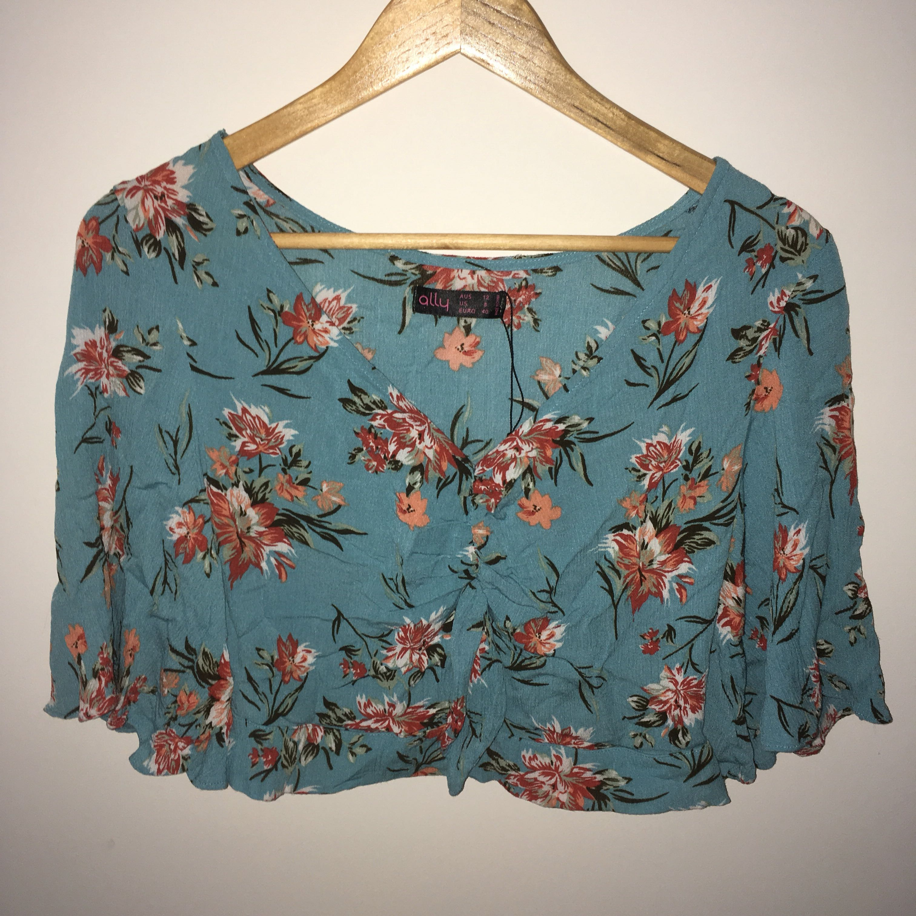 STUNNING HAWAIIAN CROPPED KNOTTED TOP