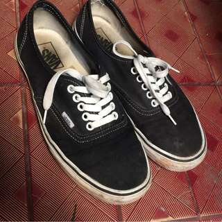 B11 VANS AUTHENTIC BLACK AND WHITE.