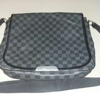 Louis vuitton damier ebene bastille messenger made in france with production code : HP0089