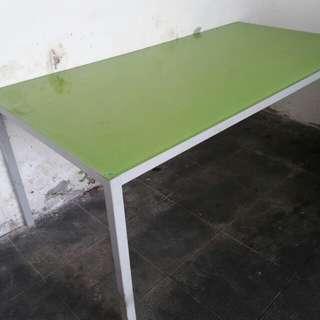 Meja panjang bahan kaca dan besi
