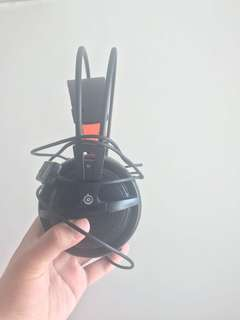 Selling Steelseries v2 headset with free mouse