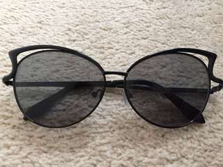 Sunglasses with cat eye detail