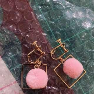 🚚 夾式 粉色毛球耳環 耳夾