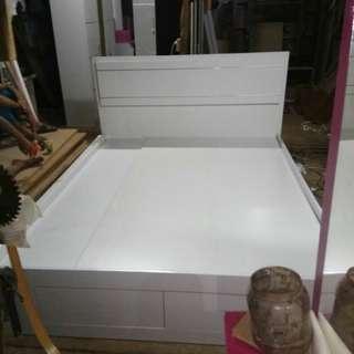 Dipan tempat tidur bebas warna