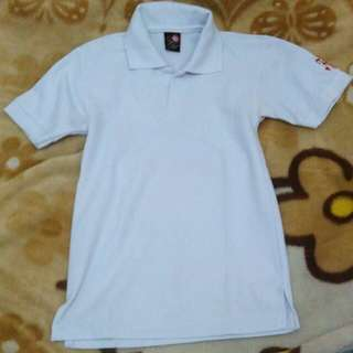 Kaos putih berkerah