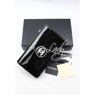 CHANEL A69086 黑色漆皮配白色CC Logo 長銀包 錢包