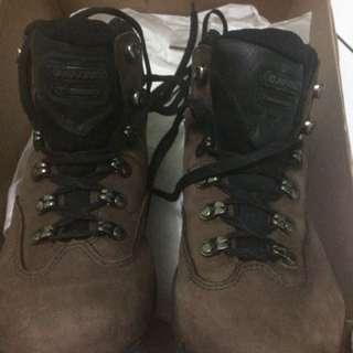 Sepatu gunung atau hiking