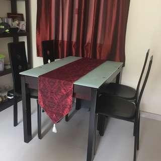 玻璃面實木餐枱連4張餐椅