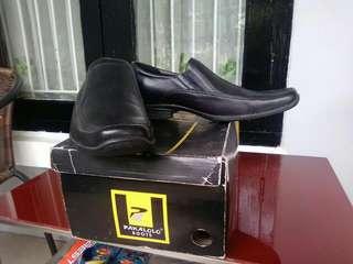 Dua pasang sepatu pria model pantofel dan boots