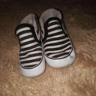 Sepatu bayi vans hitamputih