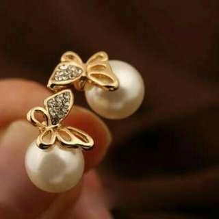 """Anting kupu"""" mutiara & cincin bunga"""