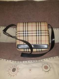 BURBERRY CROSS BODY BAG.